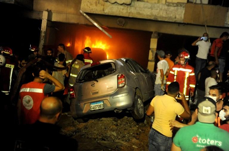 Des membres de la défense civile travaillent sur les lieux de l'explosion d'un entrepôt dans le quartier de Tariq El Jdide à Beyrouth, au Liban, le 9 octobre 2020. Deux personnes sont mortes et plus de 20 autres blessées dans une explosion dans un entrepôt de Beyrouth, la capitale du Liban, vendredi soir. , a rapporté la chaîne de télévision al-Jadeed.