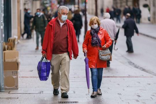 Des personnes portant des masques faciaux marchent à Burgos, dans le nord de l'Espagne, le 21 octobre 2020, le premier jour d'un verrouillage de deux semaines pour tenter de limiter la contagion du nouveau coronavirus COVID-19 dans la région.  - L'Espagne est devenue l'un des points chauds de la pandémie dans l'Union européenne, avec près de 975 000 cas enregistrés et près de 34 000 décès.  (Photo par Cesar Manso / AFP) (Photo par CESAR MANSO / AFP via Getty Images)