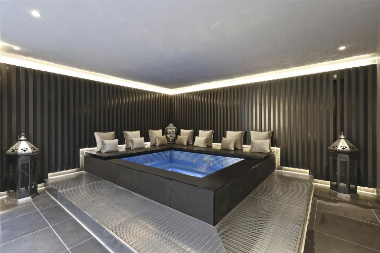 jacuzzi in amazing mansion in mayfair