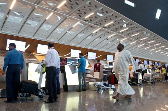 Les passagers s'enregistrent pour un vol Qatar Airways à l'aéroport international Hamad de Doha le 20 juillet 2017. / AFP PHOTO / STRINGER (Crédit photo doit lire STRINGER / AFP via Getty Images)