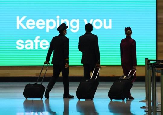 L'équipage du vol Qatar Airways numéro QR909 arrive à l'aéroport international de Sydney le 29 septembre 2020 à Sydney, en Australie.  L'équipage se préparait à effectuer le vol Sydney-Doha, plaque tournante de la compagnie aérienne.
