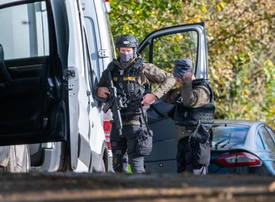 Des membres de l'Unité d'intervention d'urgence de la Garda sur les lieux près de Kanturk où trois hommes ont été tués.