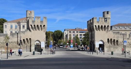 Avignon, France - 30 septembre 2019: Ancienne porte et mur de la ville et les gens qui marchent sur le boulevard Saint-Roch près de la gare d'Avignon, France le 30 septembre 2019;  Shutterstock ID 1781674139;  Bon de commande: -