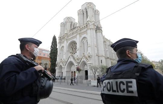 Des policiers montent la garde sur les lieux d'une attaque au couteau signalée à l'église Notre-Dame de Nice
