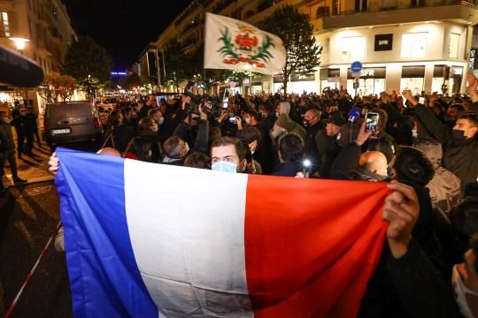 Salut aux victimes de l'attentat contre la basilique Notre-Dame de Nice.  Des gens allument une bougie devant la basilique Notre-Dame de l'Assomption à Nice le 29 octobre 2020 en hommage aux trois victimes d'un agresseur au couteau, coupant la gorge d'au moins une femme, à l'intérieur de l'église de la ville de la Côte d'Azur.