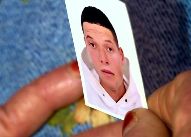 Cette capture d'image de l'AFP TV montre une photo de l'assaillant niçois Brahim Aouissaoui, qui un jour plus tôt a tué trois personnes et en a blessé plusieurs autres dans la ville de Nice, dans le sud de la France, détenue par sa mère au domicile familial de la ville tunisienne de Sfax, le 30 octobre 2020. - L'attaquant au couteau a tué trois personnes, coupant la gorge d'au moins une femme, à l'intérieur d'une église de Nice sur la Côte d'Azur.  (Photo des équipes AFPTV / AFP) (Photo AFPTV TEAMS / AFP via Getty Images)