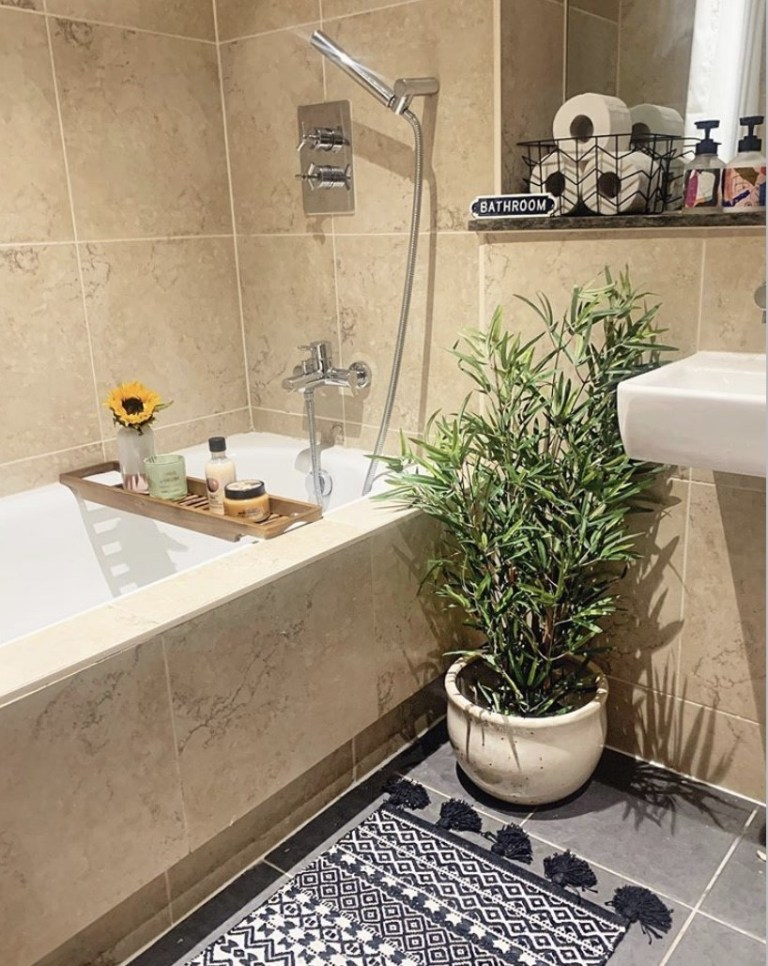 what i rent: Cara and Nat, new islington, manchester - bathroom
