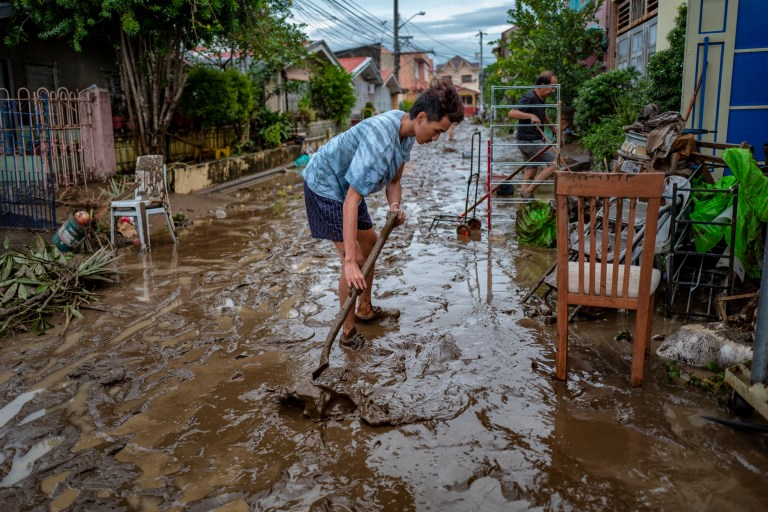 BATANGAS, PHILIPPINES - 02 NOVEMBRE: Un résident pelle une route remplie de boue laissée par les inondations causées par le typhon Goni le 2 novembre 2020 dans la ville de Batangas, au sud de Manille, aux Philippines.  Le super typhon Goni, la tempête la plus puissante au monde de cette année, a frappé les Philippines avec des rafales de vent allant jusqu'à 165 milles à l'heure le 1er novembre. Le typhon a fait au moins dix morts.  (Photo par Ezra Acayan / Getty Images)