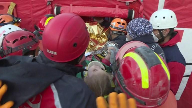 Les équipes de sauvetage turques tirent un survivant de 3 ans, Elif Perincek, hors des débris après les 65 heures après le séisme alors que les travaux de recherche et de sauvetage se poursuivent à l'effondrement de l'immeuble Doganlar après un séisme de magnitude 6,6 qui a secoué la côte turque de la mer Égée, en Turquie. Izmir, Turquie, le 02 novembre 2020.