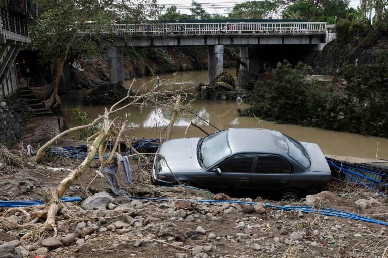 epa08792403 Une voiture est coincée près d'une crique après avoir été emportée par les eaux de crue en raison du typhon Goni dans la ville de Batangas, province de Batangas, située au sud de Manille, Philippines, le 02 novembre 2020. Le typhon Goni a fait 16 morts et 3 disparus après avoir frappé les Philippines. Région de Bicol le 1er novembre, selon les rapports du Bureau de la protection civile du gouvernement.  EPA / ROLEX DELA PENA