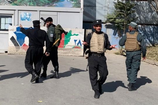 La police afghane arrive sur les lieux d'une attaque à l'Université de Kaboul