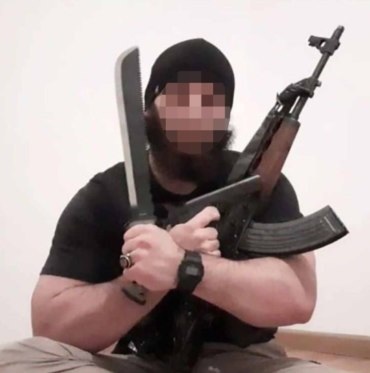 L'extrémiste islamique Kujtim Fejzulai, photographié sur les réseaux sociaux brandissant des armes.