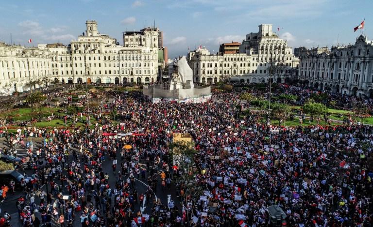 Les manifestants participent à une marche de protestation massive contre le nouveau gouvernement du président Manuel Merino, sur la place San Martin de Lima, à Lima, Pérou, le 14 novembre 2020.