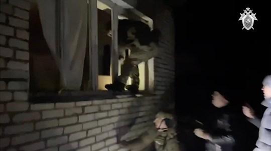 Une vidéo choquante montre le sombre sous-sol où un garçon de sept ans a été retenu en otage par un pédophile présumé pendant 52 jours.