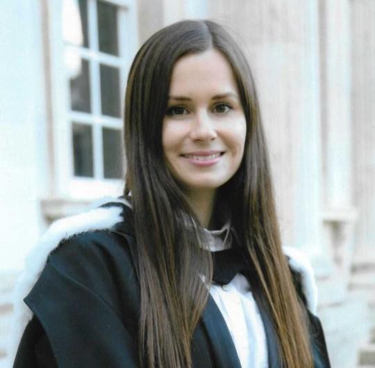 La conférencière anglo-australienne Dr Kylie Moore-Gilbert vêtue de vêtements universitaires.