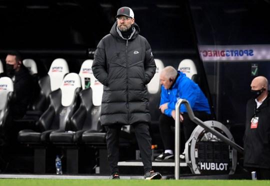 Jurgen Klopp, Gerente de Liverpool observa durante el partido de la Premier League entre Newcastle United y Liverpool en St. James 'Park el 30 de diciembre de 2020 en Newcastle upon Tyne, Inglaterra. El partido se jugará sin aficionados, a puerta cerrada como precaución del Covid-19