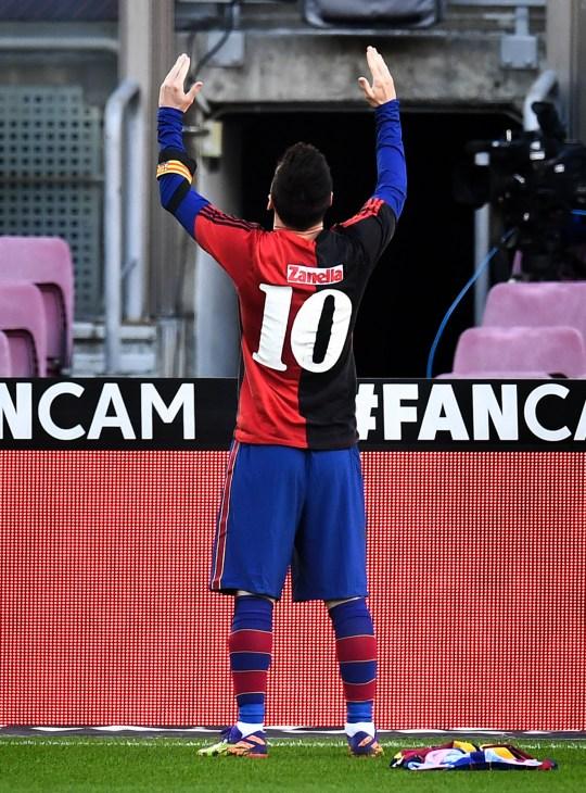 Lionel Messi portait une chemise Newell's Old Boys avec le numéro 10 au dos à la mémoire de Diego Maradona