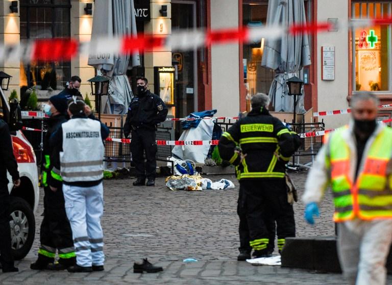 La police et les ambulances travaillent sur les lieux où une voiture a percuté des piétons à Trèves, dans le sud-ouest de l'Allemagne, le 1er décembre 2020.