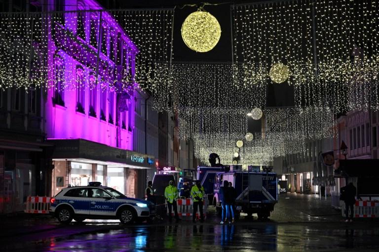 Des policiers et des pompiers restent ensemble sur les lieux d'un incident à Trèves, en Allemagne, le mardi 1er décembre 2020.
