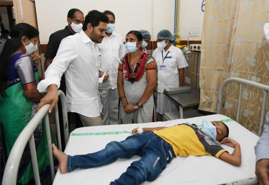 epa08867943 Une photo mise à disposition par le gouvernement d'Andhra Pradesh le 7 décembre 2020 montre le ministre en chef de l'Andhra Pradesh, YS Jagan Mohan Reddy (CL), rencontrant les patients en traitement pour une maladie inconnue qui a laissé plus de 200 personnes hospitalisées dans la ville d'Eluru, Andhra Pradesh, Inde, 6 décembre 2020 (publié le 7 décembre 2020).  DOCUMENT EPA / STR DOCUMENT À DISTANCE ÉDITORIAL UNIQUEMENT / PAS DE VENTES
