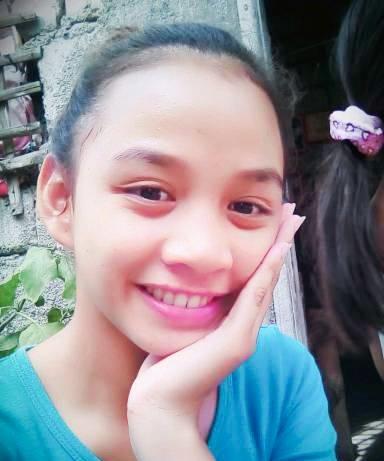 Nueva Ecija, Philippines (photographies, vidéo) ?????? COPIE DE NOUVELLES - AVEC VIDÉO ET PHOTOS ?????? Le visage d'une belle adolescente philippine a été ravagé par une maladie mystérieuse qui a commencé comme un bouton.  Mary Ann Regacho, 17 ans, a remarqué un point noir sur le côté de son nez l'année dernière à Nueva Ecija, aux Philippines.  Au début, elle pensait que le bouton têtu apparaissant sur son visage pendant des semaines était uniquement dû à des problèmes hormonaux.  Elle a donné naissance à un petit garçon l'année dernière à 16 ans et pensait que les boutons étaient normaux.  Cependant, elle a pressé l'endroit et quelques jours plus tard, cela a commencé à devenir douloureux jusqu'à ce qu'il commence à se répandre sur son visage `` comme un ballon qui se gonfle ''.  La jeune mère d'un enfant a essayé de guérir l'infection avec des plantes médicinales à la maison, mais sans succès.  S'exprimant cette semaine, elle a déclaré que la croissance s'était propagée sur l'arête de son nez, ses joues et son front.  Mary a déclaré: «Je pensais que ce n'était qu'un bouton commun, mais ça faisait tellement mal que je ne pouvais pas dormir la nuit.  J'ai tout essayé pour guérir mais rien n'a fonctionné.  `` Maintenant, j'ai l'impression que mon visage ne sera plus jamais le même. '' Son mari, Albert Sales, travaille à temps partiel dans la ferme d'un voisin sans revenu stable, donc elle ne pouvait pas se permettre un hôpital ou des médicaments .  Maintenant, la bosse a presque couvert son visage et affectant sa vision car elle avait atteint le coin de ses yeux.  Après presque un an à endurer la masse douloureuse, elle est allée à l'hôpital pour la faire contrôler.  Cependant, le petit hôpital provincial ne disposait pas de l'équipement approprié pour diagnostiquer sa mystérieuse maladie, ils ont donc dû être transférés dans un établissement plus grand.  Incapable de payer les frais médicaux, le mari inquiet Albert a maintenant fait appel à de bons samaritains pour 