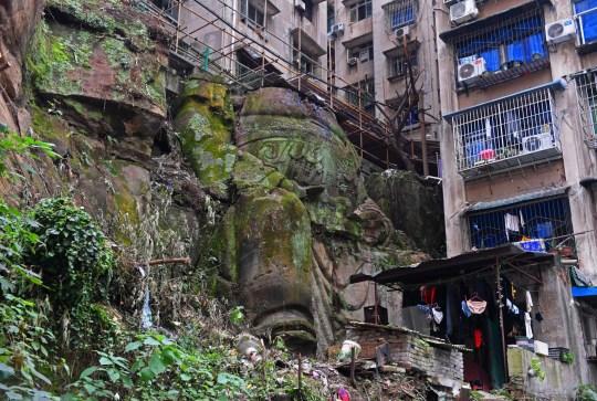 Une statue de Bouddha de 9 mètres de haut sans tête a été récemment découverte dans un complexe résidentiel à Chongqing, Chine
