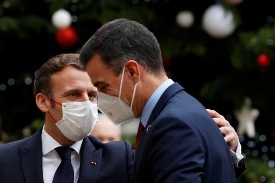 Le président français Emmanuel Macron accueille le Premier ministre espagnol Pedro Sanchez à l'Elysée dans le cadre des événements marquant le 60e anniversaire de la signature de la convention de l'OCDE à Paris, France, le 14 décembre 2020. REUTERS / Christian Hartmann