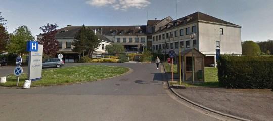 L'hôpital est juste en face de la maison de vacances où s'est déroulée l'orgie massive.  (Google / Newsflash)