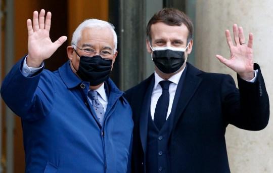 PARIS, FRANCE - 16 DÉCEMBRE: Le président français Emmanuel Macron (à droite) et le Premier ministre portugais Antonio Costa saluent les journalistes avant leur réunion au palais présidentiel de l'Élysée le 16 décembre 2020 à Paris, France.  En janvier 2021, le Portugal prendra la présidence du Conseil de l'Union européenne.  Le Portugal assumera la présidence tournante de six mois du Conseil de l'UE le 1er janvier 2021, soit la quatrième fois que Lisbonne occupera ce poste depuis son adhésion à la Communauté économique européenne d'alors en 1986. (Photo de Chesnot / Getty Images)