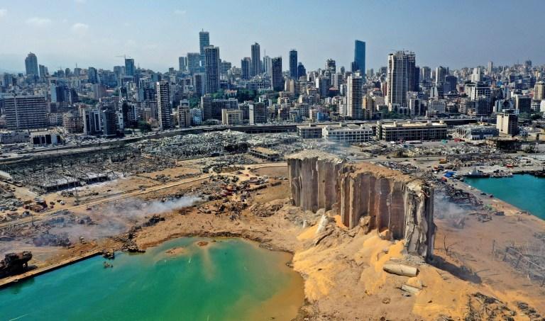 Histoires de 2020: survivre à l'explosion de Beyrouth.  Clara.  Tom Williams TOPSHOT - Une vue aérienne montre les dégâts massifs des silos à grains du port de Beyrouth et de la zone qui l'entoure le 5 août 2020, un jour après qu'une explosion massive a frappé le cœur de la capitale libanaise.  - Les sauveteurs ont recherché des survivants à Beyrouth dans la matinée après qu'une explosion cataclysmique au port a semé la dévastation dans des quartiers entiers, tuant plus de 100 personnes, en blessant des milliers et plongeant le Liban plus profondément dans la crise.  (Photo par - / AFP) (Photo par - / AFP via Getty Images)