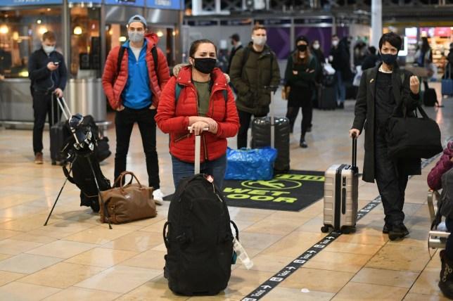 Les gens attendent dans le hall de la gare de Paddington à Londres
