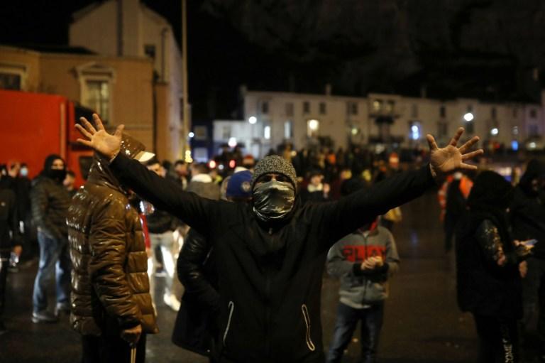 Un homme fait signe aux chauffeurs de camion de demander la réouverture du port de Douvres le 22 décembre 2020 à Douvres, au Royaume-Uni.
