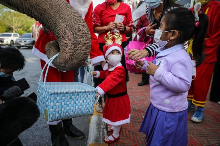 Des éléphants thaïlandais habillés en père Noël livrent des masques faciaux aux enfants de l'école primaire Jirasat Wittaya le 23 décembre 2020 à Phra Nakhon si Ayutthaya, Thaïlande.