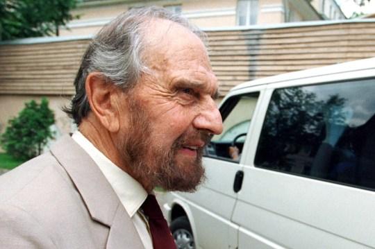 (FICHIERS) Cette photo prise le 28 juin 2001 montre George Blake, un ancien officier du MI6 qui travaillait comme agent double pour l'Union soviétique, marchant à Moscou.  - George Blake est décédé à l'âge de 98 ans, a rapporté le service russe de renseignement extérieur (SVR).  Blake vit en Union soviétique puis en Russie depuis 1966. (Photo par Yury MARTYANOV / Kommersant Photo / AFP) / Russie OUT (Photo par YURY MARTYANOV / Kommersant Photo / AFP via Getty Images)