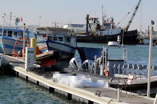 Des sacs mortuaires transportant quatre femmes enceintes faisant partie des 20 migrants décédés après le naufrage d'un navire lors d'un voyage de Tunisie en Italie.