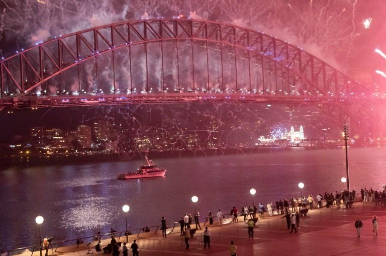 SYDNEY, AUSTRALIE - 01 JANVIER: Le feu d'artifice du port de Sydney est vu sur un parvis de l'Opéra de Sydney presque vide pendant les célébrations du Nouvel An le 01 janvier 2021 à Sydney, Australie.  Au milieu d'une nouvelle épidémie de COVID-19 à Sydney, la démonstration pyrotechnique de minuit, normalement de 12 minutes, a été réduite à sept minutes.  De nouvelles restrictions COVID-19 sont également en vigueur dans toute la Nouvelle-Galles du Sud avec des rassemblements de ménages limités à cinq invités dans le Grand Sydney, Wollongong, la côte centrale et les Blue Mountains.  Les plages du nord de Sydney restent bloquées alors que les autorités sanitaires s'efforcent de contenir les flambées actuelles de grappes de coronavirus dans la communauté.  (Photo par Brook Mitchell / Getty Images)