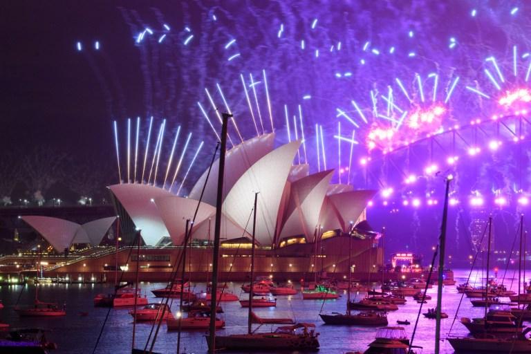 SYDNEY, AUSTRALIE - 01 JANVIER: Un feu d'artifice sur l'Opéra de Sydney pendant les célébrations du Nouvel An le 01 janvier 2021 à Sydney, Australie.  Les célébrations semblent différentes cette année, car les restrictions relatives au COVID-19 restent en place en raison de la pandémie de coronavirus en cours.  (Photo par Wendell Teodoro / Getty Images)