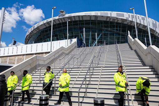 Le personnel de sécurité à l'extérieur du nouveau stade de Tottenham Hotspur le jour du match, Londres, Royaume-Uni