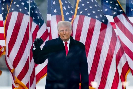 epaselect epa08923108 Le président américain Donald J. Trump assiste à un rassemblement sur l'Ellipse près de la Maison Blanche à Washington, DC, USA, 6 janvier 2021. Des groupes conservateurs de droite protestent contre le décompte des votes des collèges électoraux par le Congrès.  Des dizaines de juges d'État et fédéraux ont rejeté les défis à l'élection présidentielle de 2020, jugeant les accusations de fraude sans fondement.  EPA / MICHAEL REYNOLDS