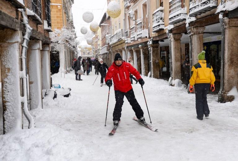 Crédit obligatoire: Photo de Ricardo Espinosa / DYDPPA / REX (11701435s) La tempête Filomena a frappé l'Espagne, apportant de grandes chutes de neige.  Plus de 50 cm de neige à certains endroits d'hier.  Le pire dans la région de Madrid, autoroutes fermées, villes isolées.  Tant de problèmes.  La ville patrimoniale d'Alcala de Henares près de Madrid le 9 janvier 2021. Mayor Street Storm Filomena, Madrid, Espagne - 09 janvier 2021