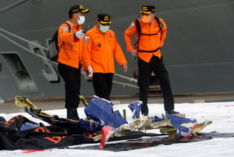 epaselect epa08929660 Des membres de l'Agence nationale indonésienne de recherche et de sauvetage (BASARNAS) inspectent les débris présumés du vol Sriwijaya Air SJ182, trouvés dans l'eau au large de Jakarta, au port de Tanjung Priok à Jakarta, Indonésie, le 10 janvier 2021. Contact avec le vol Sriwijaya Air SJ182 perdu le 9 janvier 2021 peu de temps après le décollage de l'avion de l'aéroport international de Jakarta alors qu'il se dirigeait vers Pontianak dans la province du Kalimantan occidental.  EPA / ADI WEDA