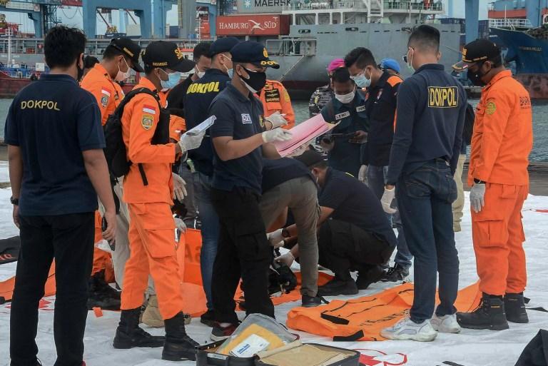 JAKARTA, INDONÉSIE - 10 JANVIER 2021: Un certain nombre d'officiers ont récupéré l'épave du vol Sriwijaya Air SJ182, qui a été trouvé dans les eaux de Jakarta, au port de Tanjung Priok à Jakarta.  Le contact du vol SJ182 de Sriwijaya Air a été perdu le 9 janvier 2021, peu de temps après le décollage de l'avion de l'aéroport international de Jakarta alors qu'il se dirigeait vers Pontianak dans la province du Kalimantan occidental - PHOTOGRAPHIE D'Ahmad Soleh / Opn Images / Barcroft Studios / Future Publishing (Crédit photo devrait lire Ahmad Soleh / Opn Images / Barcroft Media via Getty Images)