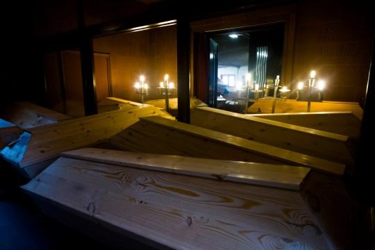 Les cercueils sont stockés dans les couloirs du crématorium de Meissen, en Allemagne, le lundi 11 janvier 2021.