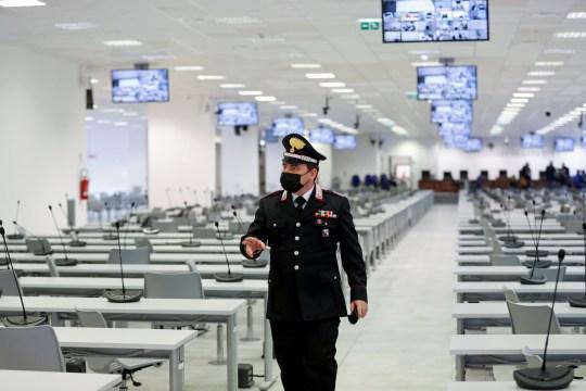 Un carabinier entre dans la salle d'audience de haute sécurité, avant l'ouverture du procès de 355 membres présumés de la mafia `` Ndrangheta '' accusés d'une série d'accusations