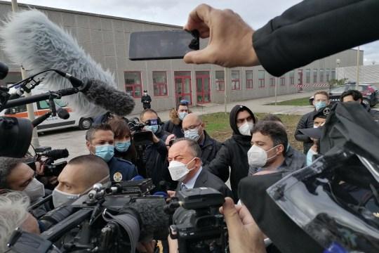 Le procureur anti-mafia italien Nicola Gratteri (C) est entouré de cameramen et de journalistes alors qu'il arrive le 13 janvier 2021 pour l'ouverture du maxi-procès `` Rinascita-Scott ''