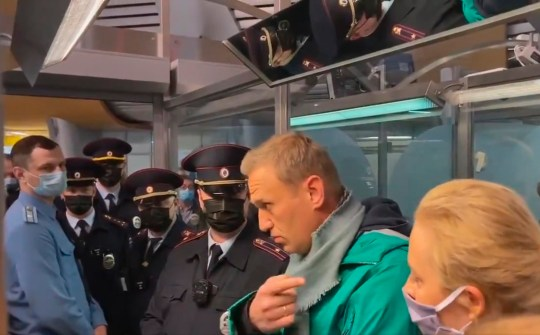 Le leader de l'opposition russe et militant anti-corruption Alexei Navalny pendant sa détention par des officiers