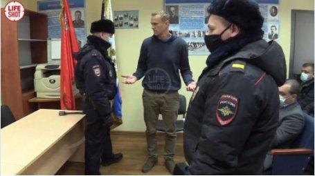 Navalny au début de son procès dans un poste de police près de Moscou