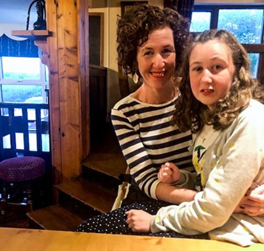 Nora Quiorin, une adolescente franco-irlandaise de 15 ans portée disparue dans une station balnéaire malaisienne, posant avec sa mère Meabh.