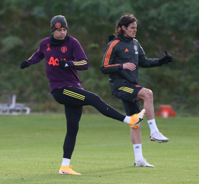 Marcos Rojo and Edinson Cavani look on in Manchester United training