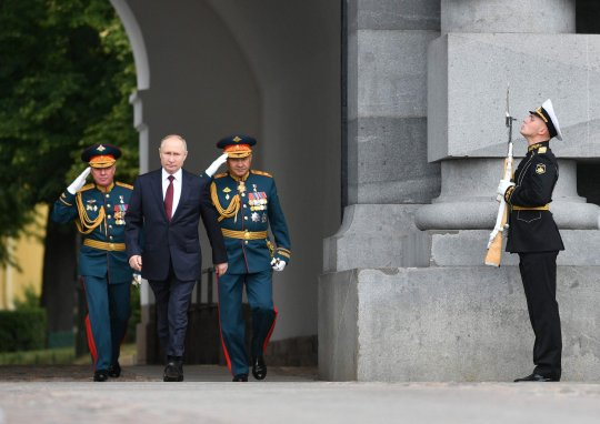 Russian President Vladimir Putin, Western Military District Colonel-General Alexander Zhuravlev (L) and Russian Defense Minister Sergei Shoigu (3L) attend the Navy Day parade in St. Petersburg on July 25, 2021. (Photo by Alexey NIKOLSKY / SPUTNIK / AFP) (Photo by ALEXEY NIKOLSKY/SPUTNIK/AFP via Getty Images)